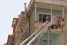 İki çocuğuyla balkonda mahsur kalan Afgan kadını itfaiye kurtardı