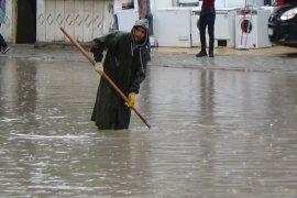 Karaman'da aniden bastıran yağmur caddeleri göle çevirdi