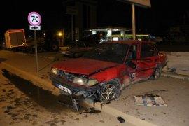 Kontrolden çıkan otomobil, kaldırıma çıkarak mermer taşlara çarptı: 2 yaralı
