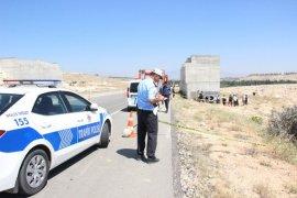 Otomobil köprülü kavşağın beton ayağına çarptı: 2 ölü, 4 yaralı