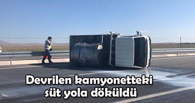 Karaman'da devrilen kamyonetteki süt yola döküldü
