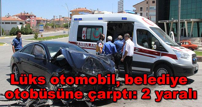 Karaman'da lüks otomobil, belediye otobüsüne çarptı: 2 yaralı