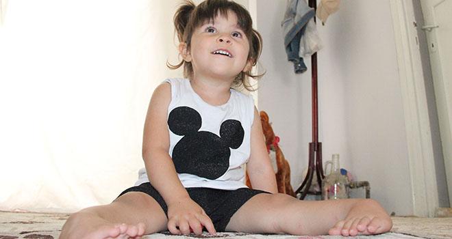Üç yaşındaki Ecrin, ayaklarının üzerinde yürümek istiyor