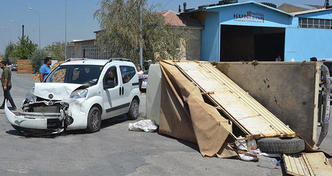 Ticari araç ile kamyonetin çarpışma anı güvenlik kamerasına yansıdı