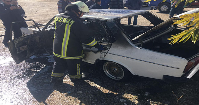 Park halindeki kullanılmayan otomobil yandı