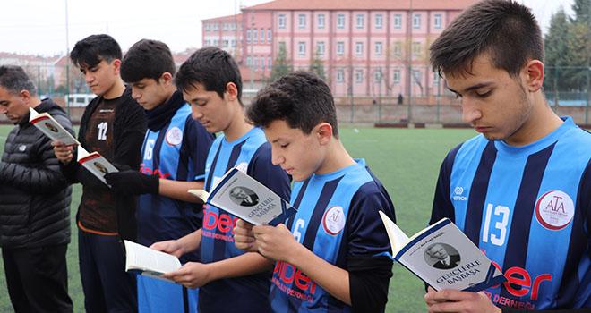 Karaman'da maç öncesi futbolcular kitap okudu