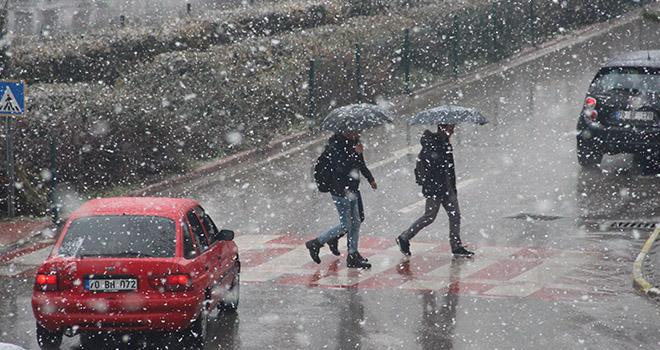 Karaman'da lapa lapa kar yağdı