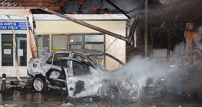 Kaza sonrası alev topuna dönen otomobildeki iki kişi son anda kurtarıldı