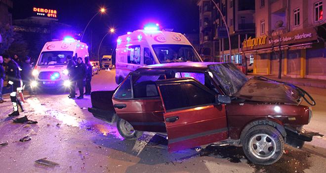 Otomobil park halindeki kamyonete arkadan çarptı: 5 yaralı