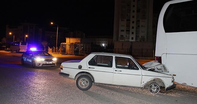 Karaman'da otomobil park halindeki otobüse çarptı: 1'i ağır 2 yaralı