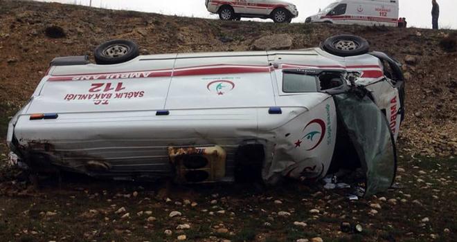 Karaman'da ambulans şarampole devrildi: 3 yaralı