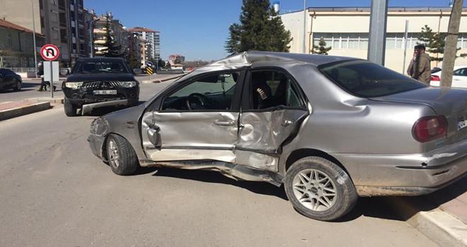 Kamyonetle otomobil çarpıştı: 1 yaralı